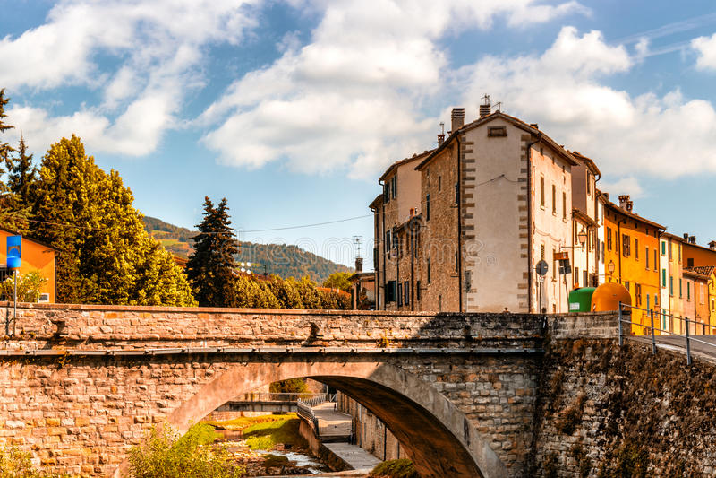 Мост в деревне холма в Италии стоковые изображения