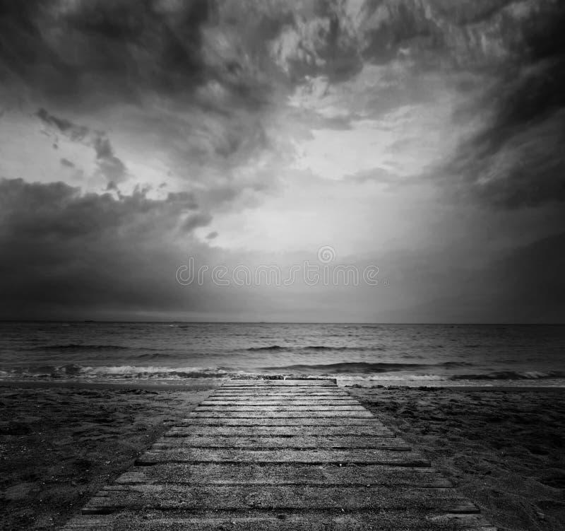 Мост в море - концепция одиночества в BW стоковые изображения