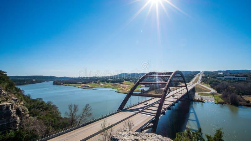 мост 360 в Остине, Техасе осмотрел от вершины холма, с городским горизонтом в расстоянии стоковая фотография rf