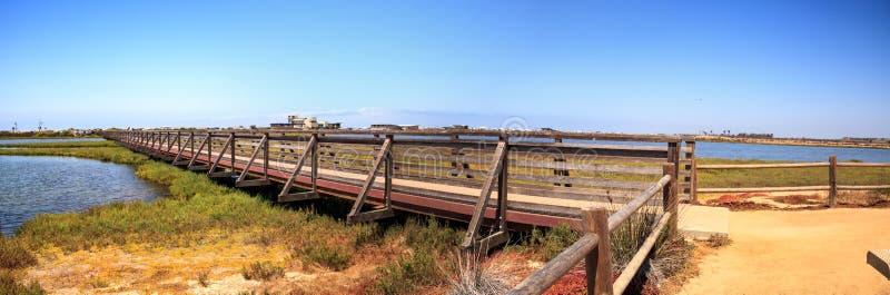 Мост вдоль мирного и спокойного болота wetl Bolsa Chica стоковые изображения