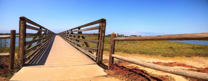 Мост вдоль мирного и спокойного болота wetl Bolsa Chica стоковые фото