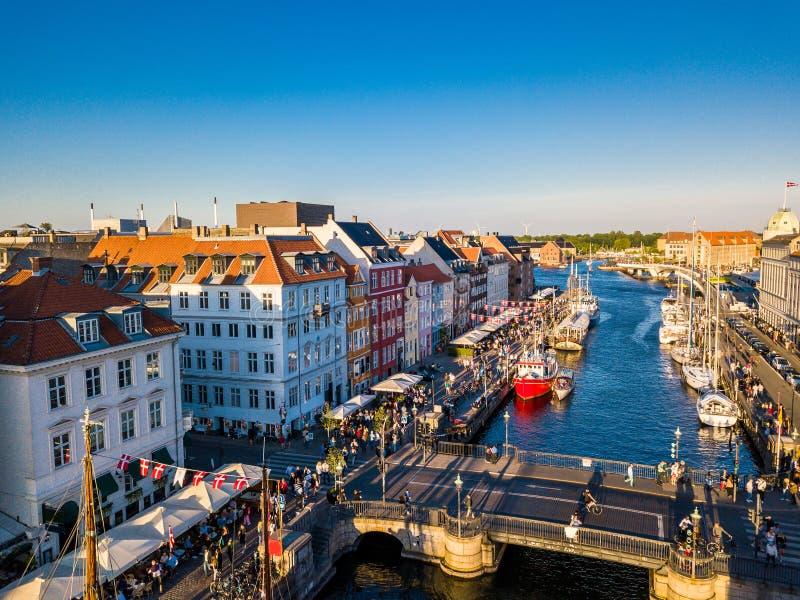 Мост в районе канала и развлечений гавани Nyhavn новом в Копенгагене, Дании стоковые фотографии rf