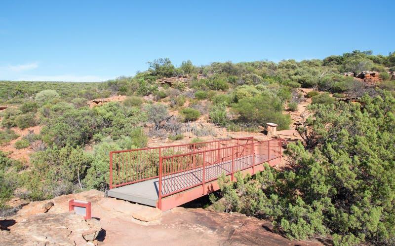 Мост в скалах Z-загиба стоковое изображение
