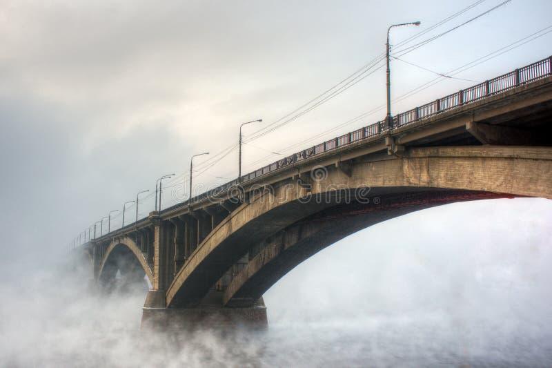 Мост в тумане стоковая фотография