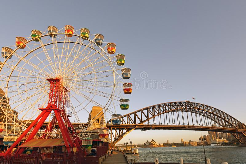 Мост гавани Сиднея, оперный театр и большое колесо Ferris, Австралия стоковые изображения rf