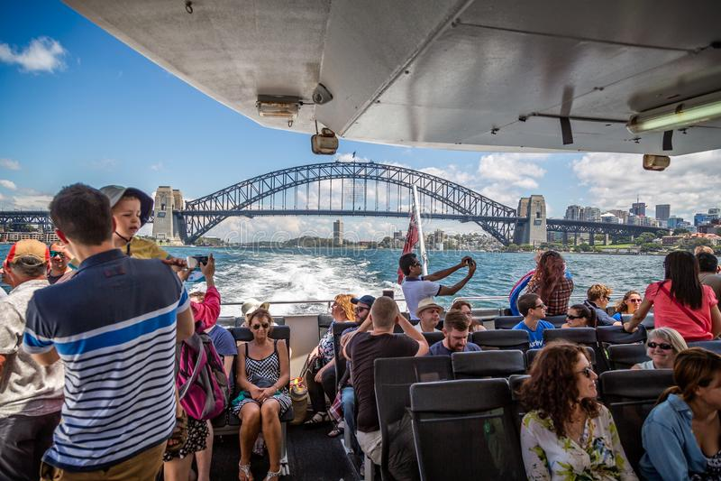 Мост гавани Сиднея от парома стоковые фотографии rf