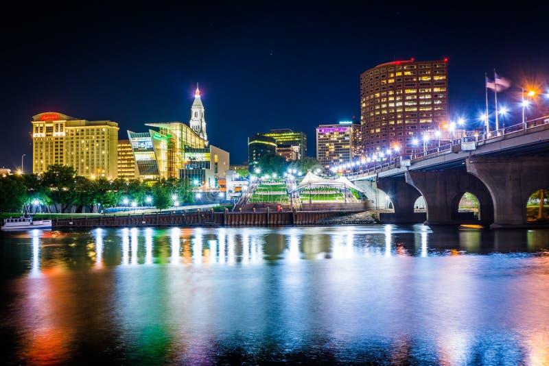 Мост горизонта и основателя Hartford на ноче, в Hartford, стоковые изображения rf