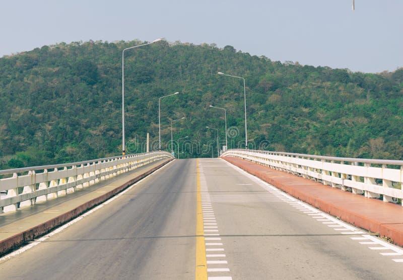 Мост дороги над предпосылкой моря гористой стоковые изображения rf