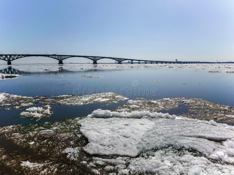 Мост дороги над Рекой Волга между Саратовом и Энгельсом, Россией Смещение льда на реку весной стоковая фотография