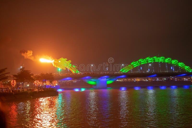 Мост дракона в Da Nang, Вьетнаме, вечером Дракон дуя горячий огонь из своего рта Известная привлекательность в Da Nang стоковая фотография