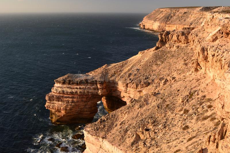 мост естественный Прогулка прибрежных скал сценарная Национальный парк Kalbarri Западное Австралия australites стоковое изображение