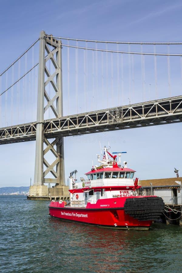 Мост залива Окленд и спасательная лодка огня, Сан-Франциско, Калифорния, Соединенные Штаты Америки, Северная Америка стоковые фотографии rf