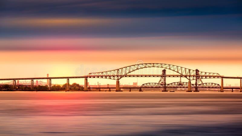 Мост залива Ньюарка на заходе солнца стоковые изображения rf