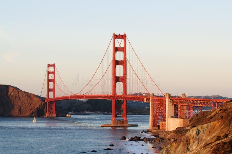 Мост золотистого строба на заходе солнца стоковое изображение