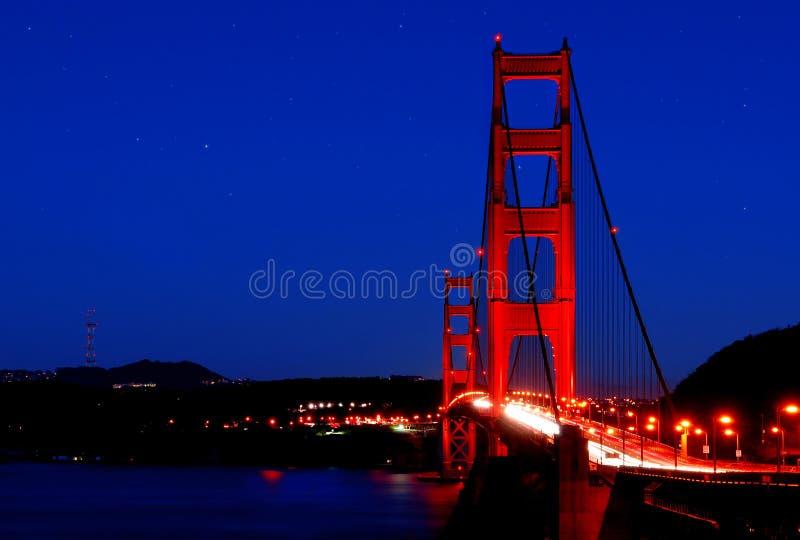 Мост золотистого строба под звездами стоковые изображения