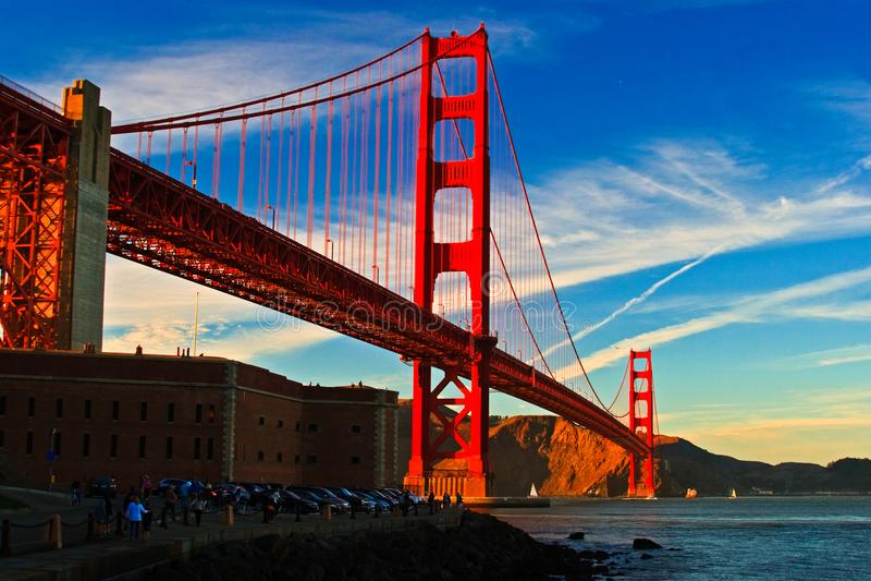 Мост золотого строба на заходе солнца от пункта форта стоковое изображение rf