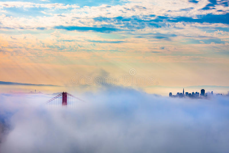 Мост золотого строба и Сан-Франциско в сильном тумане стоковое фото