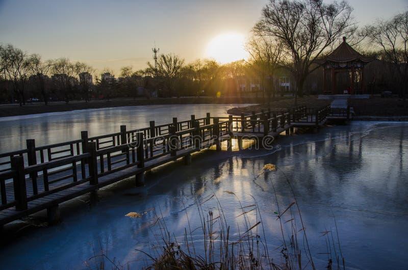 Мост и бассейн заходом солнца стоковые фотографии rf
