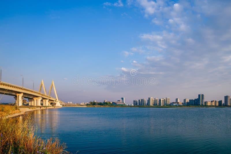 Мост и высотные здания тысячелетия на восходе солнца стоковая фотография