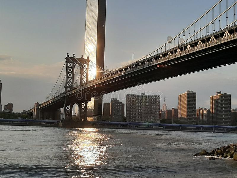 Мост и горизонт Манхэттена увиденные от Brooklyn Park стоковые изображения