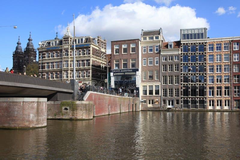Мост и голландские здания на канале Амстердама, Нидерландов стоковое изображение