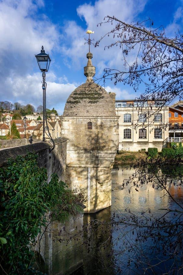 Мост и замок городка вверх на реке Эвон в Брэдфорде на Эвон, Уилтшире, Великобритании стоковые фото
