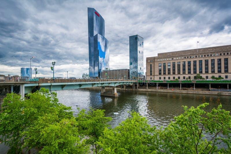 Мост и здания вдоль реки Schuylkill в Филадельфии, Пенсильвании стоковые фотографии rf
