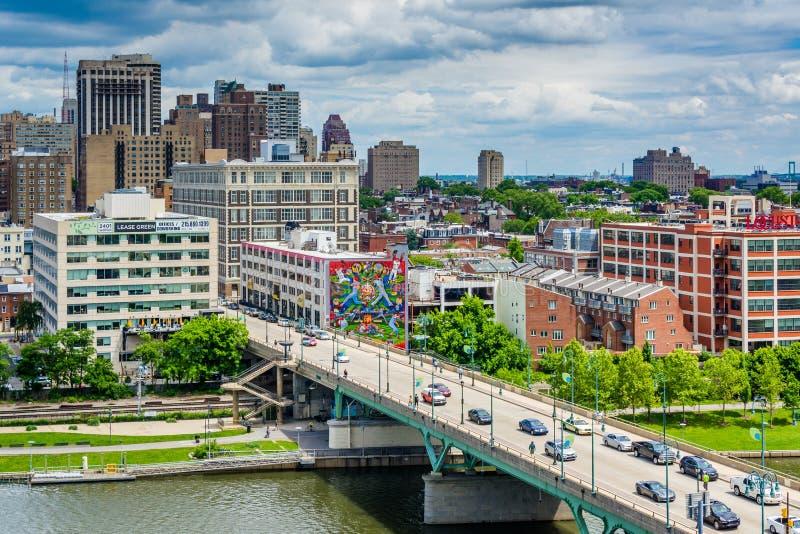 Мост и здания улицы грецкого ореха вдоль реки Schuylkill в Филадельфии, Пенсильвании стоковые изображения rf