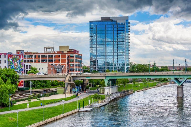 Мост и здания улицы грецкого ореха вдоль реки Schuylkill в Филадельфии, Пенсильвании стоковая фотография
