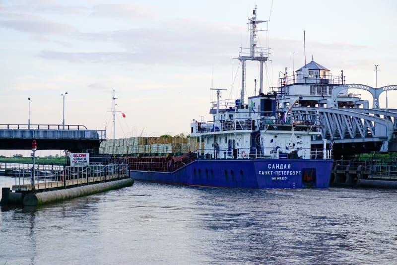 Мост и корабль качания стоковая фотография rf