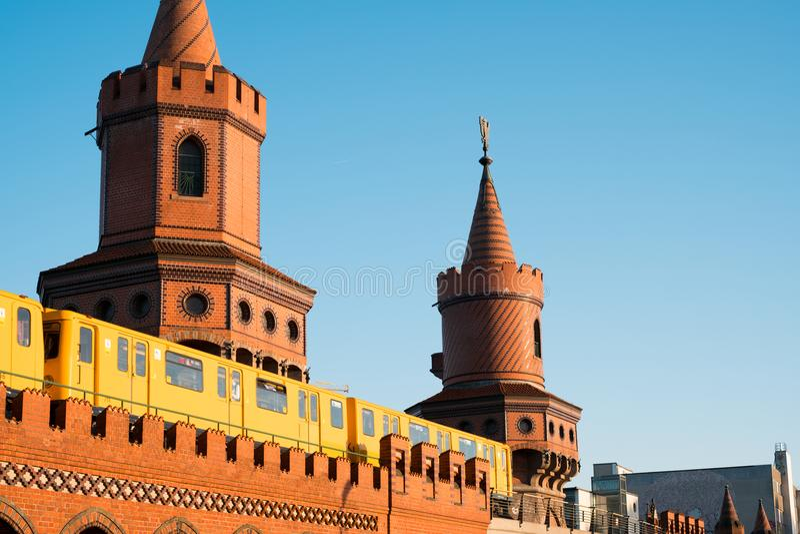 Мост и метро Берлина Oberbaum тренируют - Oberbaumbruecke, Берлин стоковая фотография rf