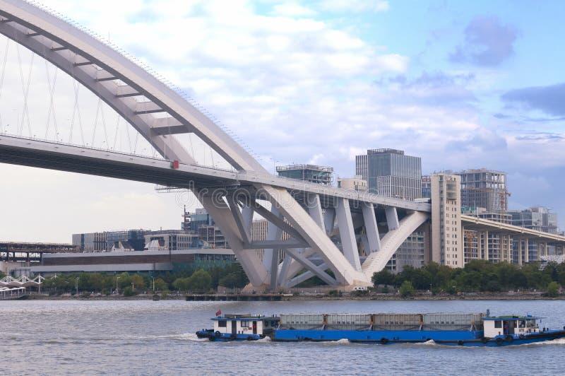 Мост и Река Huangpu Lupu стоковая фотография