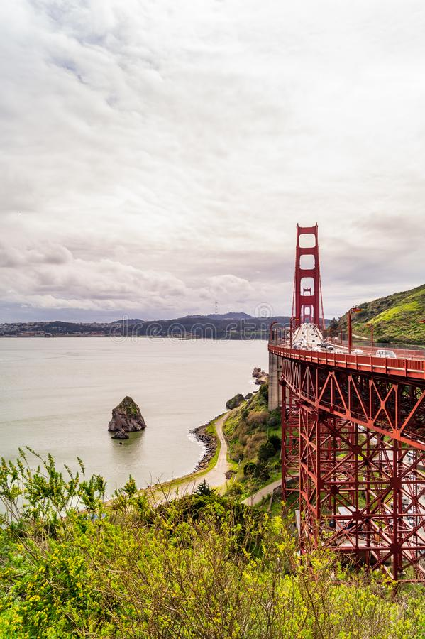 Мост и утес, вертикальная съемка стоковая фотография
