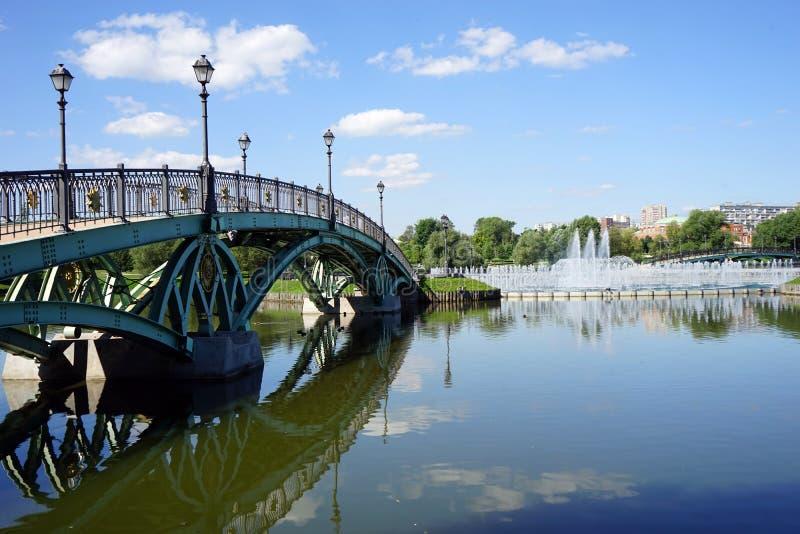 Мост и фонтан стоковые изображения rf