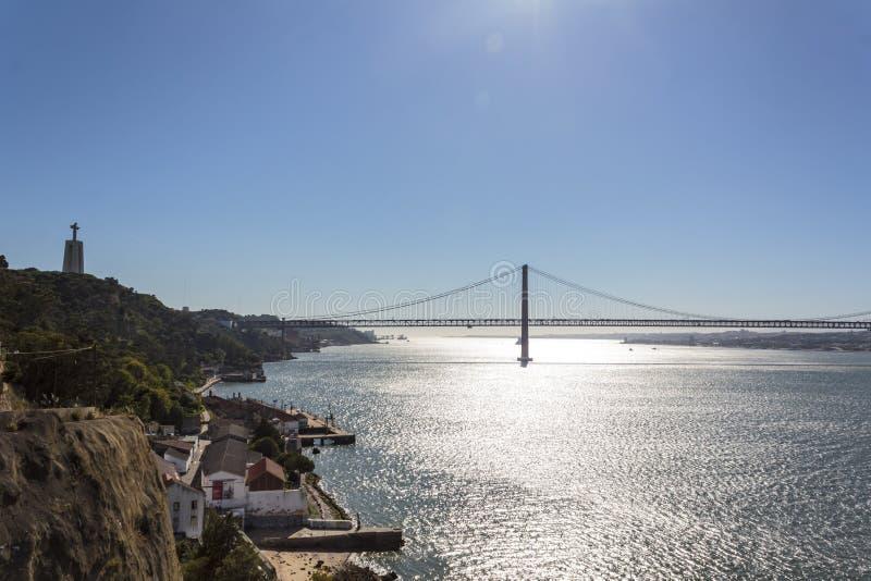 Мост и Христос 25-ое апреля король стоковое фото rf