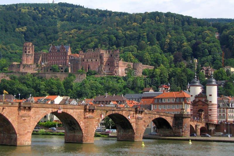 Мост Карл Theodor и электоральные руины дворца в Гейдельберге, Баден-Wuertemberg стоковые изображения rf