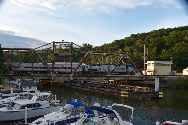 Мост качания скрещивания поезда стоковое фото