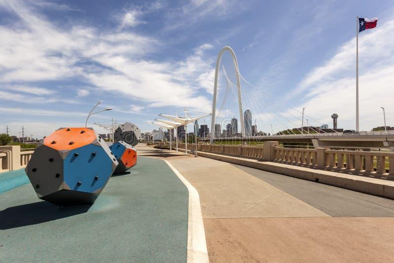 Мост континентального бульвара пешеходный в Далласе стоковые фото