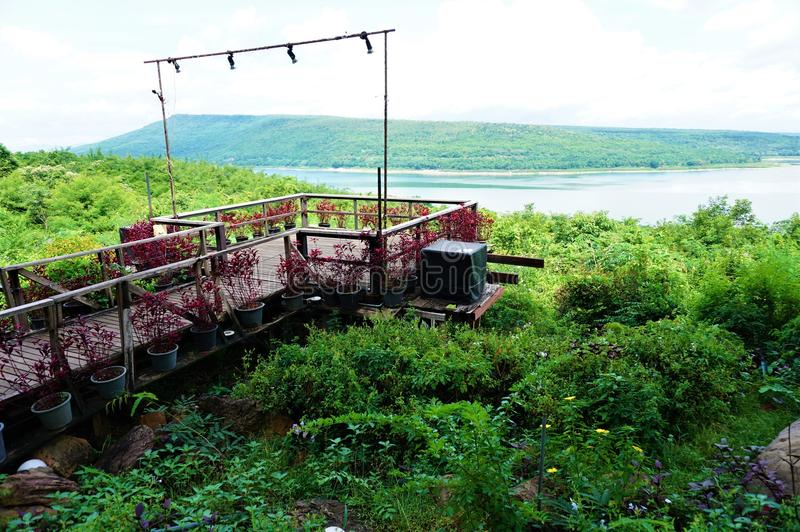 Мост красивого вида в запруде Lamtakong стоковая фотография rf