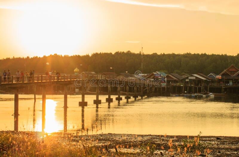 Мост к деревне стоковое изображение