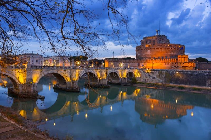 Мост к замку ангела Святого над рекой Тибра в Риме, Италии стоковая фотография rf