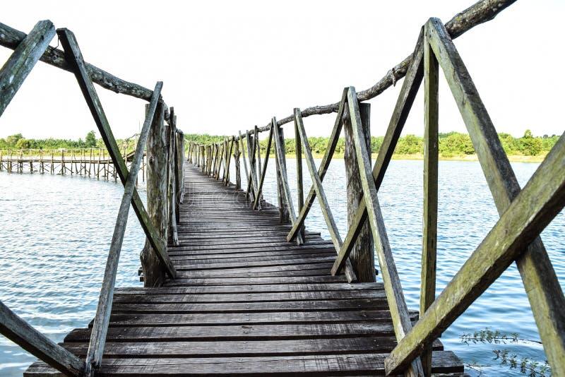 Мост к одичалому стоковая фотография