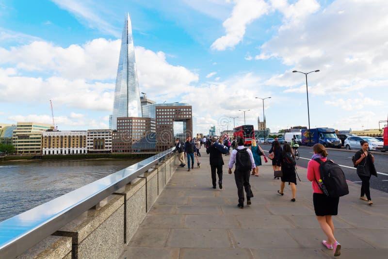 Мост Лондона с регулярными пассажирами пригородных поездов в Лондоне, Великобритании стоковая фотография rf