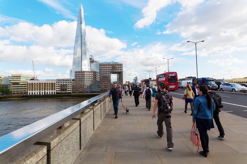 Мост Лондона с регулярными пассажирами пригородных поездов в Лондоне, Великобритании стоковые фотографии rf