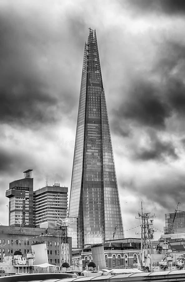 Мост Лондона черепка, иконический небоскреб в горизонте Лондона стоковое фото