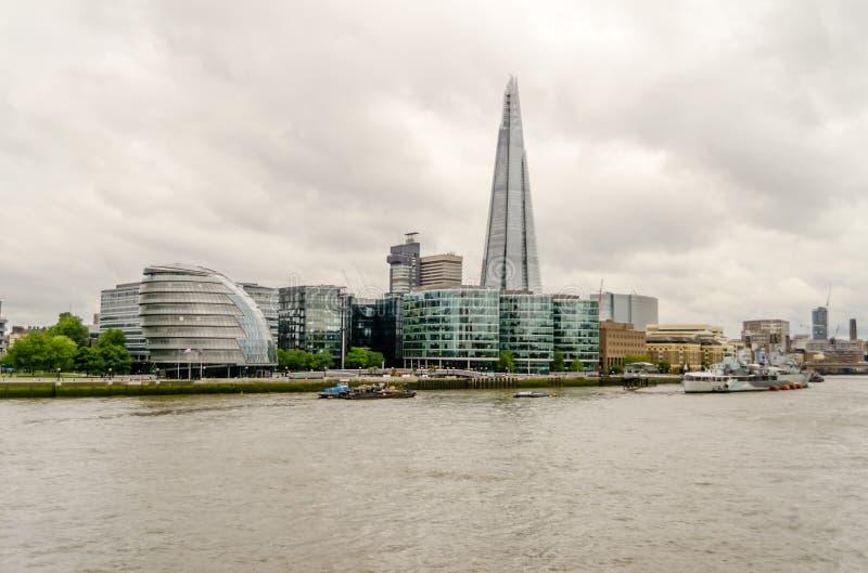 Мост Лондона черепка, иконический небоскреб в горизонте Лондона стоковое фото rf