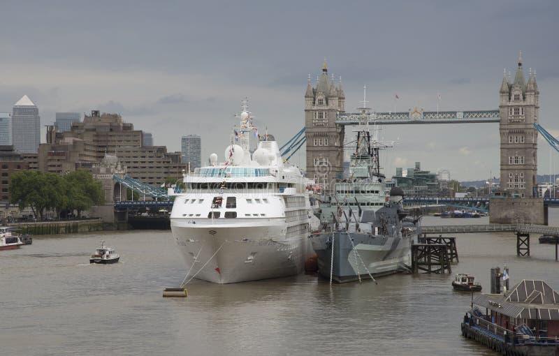 Мост Лондон башни туристическое судно и HMS Белфаст стоковое фото