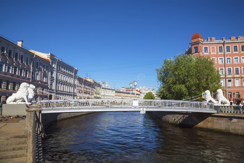 Мост льва над каналом Griboyedov в Санкт-Петербурге, стоковые изображения