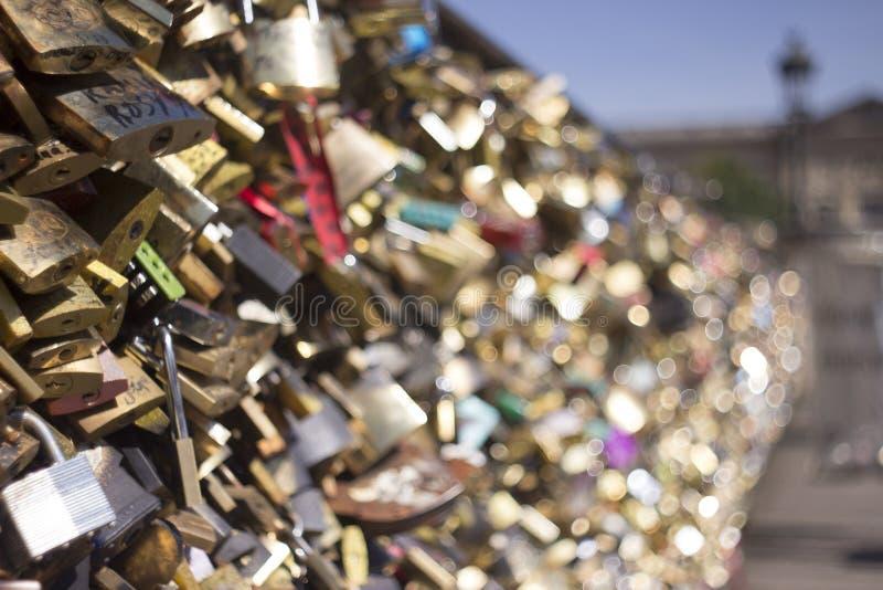 Мост любовников в Париже, ключе брошенном в Сену стоковое изображение rf