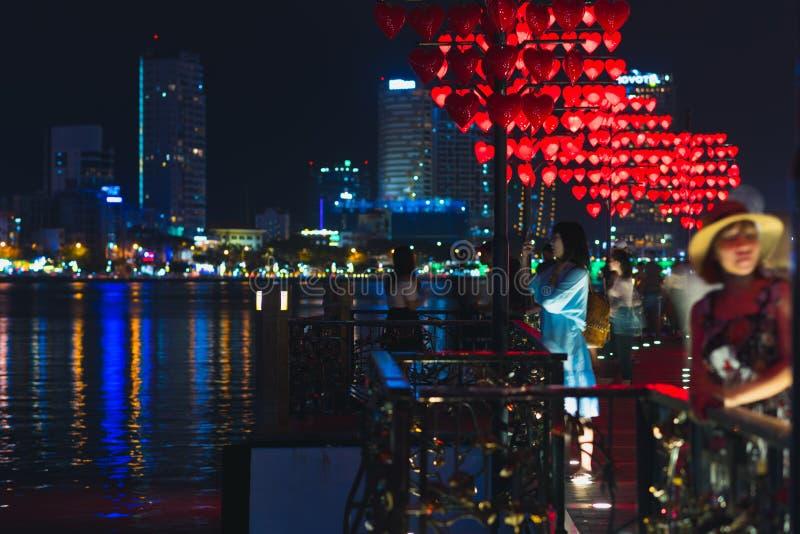 Мост любов и свои посетители вечером, Da Nang стоковые фотографии rf